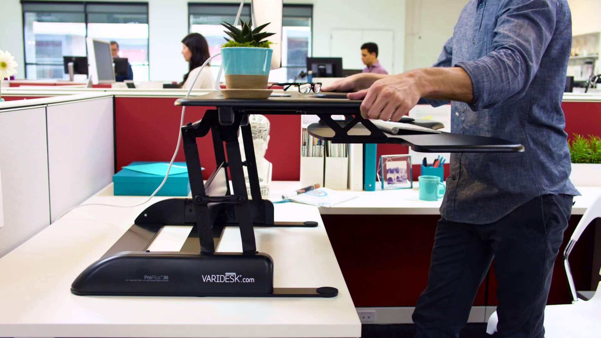 Trabajar de pie con mesas elevables o con escritorios for Sillas para trabajar